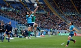 Tommy Bowe stretches for a cross-field kick along with Italian winger Luke McLean Credit: ©INPHO/Dan Sheridan